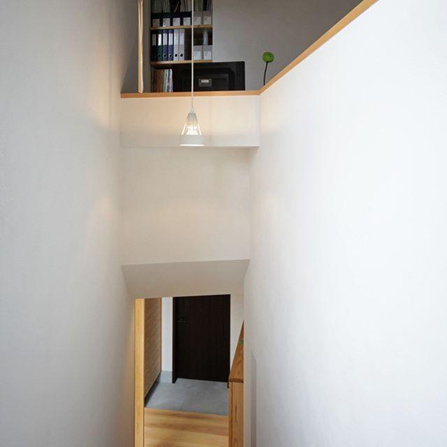 玄関の先にある階段を上がると、2階リビング。リビング脇にワークスペース🖥が設けられてます。隙間時間を利用しパソコン作業や勉強スペースとして、とても重宝してます。 . . 木造 #注文住宅#新築#工務店#春日井#ワークスペース #名古屋#kisetsu#マイホーム#家#インテリア #書斎 #スタディスペース #白壁 #設計#建築#名古屋注文住宅 #柱 #外観 #窓 #自然素材#壁 #外構 #植栽 #緑 #リビング #暮らし#自然と共に暮らす