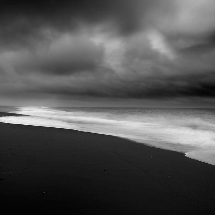 Black La plage de sable noir de Vik, un village au Sud de l'Islande de moins de 300 habitants. Un endroit très hostile en cas d'éruption. #islande #black #white #Iceland