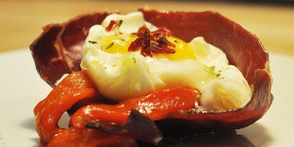 NIDO DE CECINA DE LEÓN Y PIMIENTOS                                       Os presentamos esta receta, sencilla y muy rica, con cecina de León, pimientos riojanos y huevo escalfado. Probad a hacerla, merece la pena. http://blog.porprincipio.com/nido-de-cecina-de-leon-y-pimientos-riojanos/