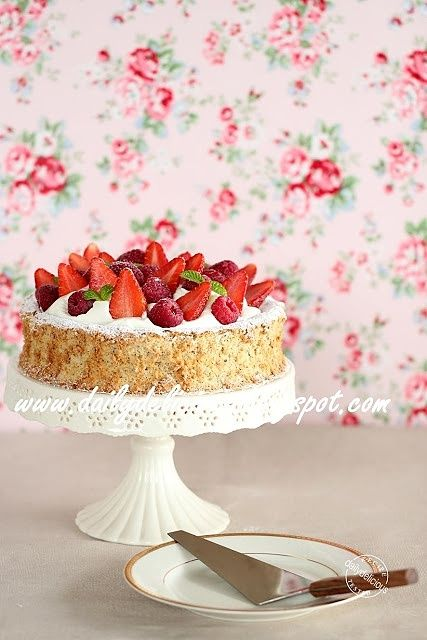 Happy Cooking with LG SolarDOM: Hazelnut meringue cake with fresh berries