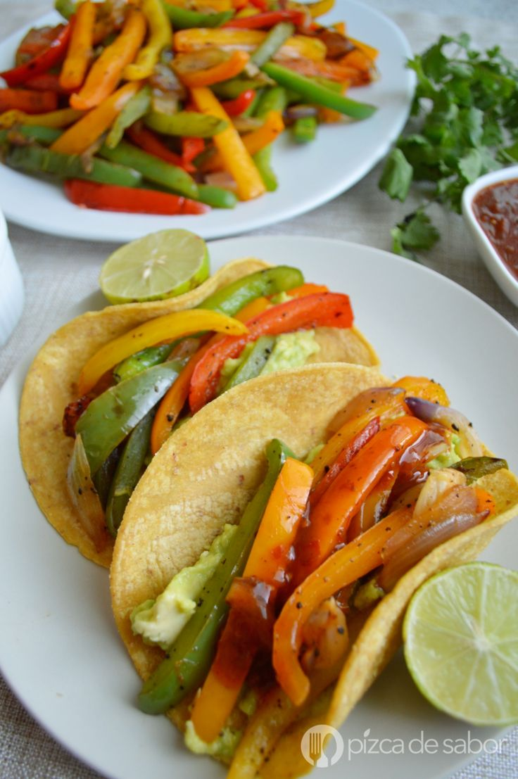Tacos de fajitas de pimientos morrón con guacamole y salsa. Quedan riquísimas y son muy fáciles de preparar. Una deliciosa receta vegetariana saludable.