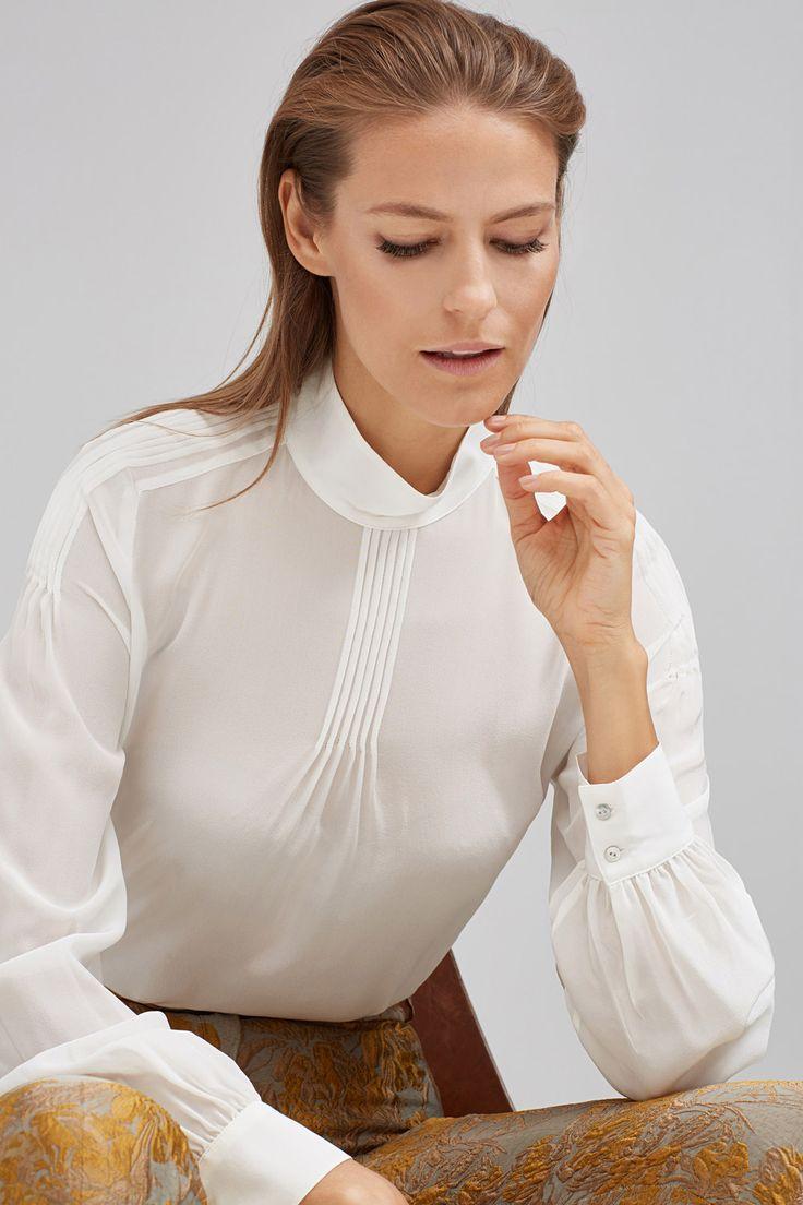 Blusa romántica de seda con cuello alto, jaretas en hombros y delantero y mangas abullonadas. | Blusas | Pedro del Hierro