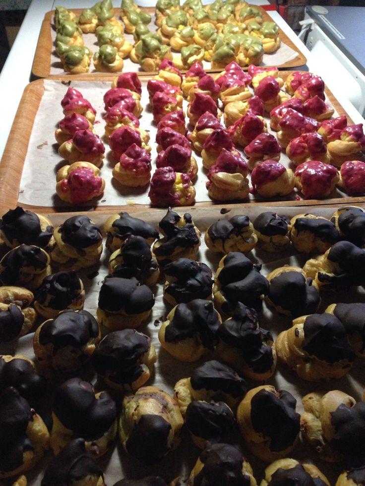 Bignè al pistacchio fragola di bosco e cioccolato fondente