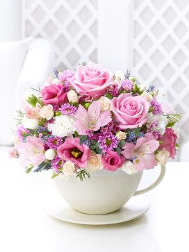 Flowers in teacup - this arrangement is so beautiful ♥♥