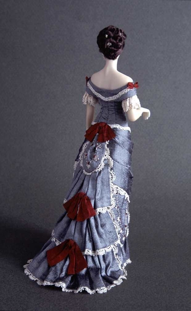 1877-1879 ball dress in grey douppion silk trimmed with hand-embroideries and lace.
