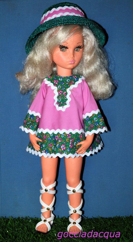 Sylvie indossa 'Marbella' 1968, repro in variante di colore rosa, con un ampio cappello di paglia anni '60 ed i sandali bianchi alla schiava