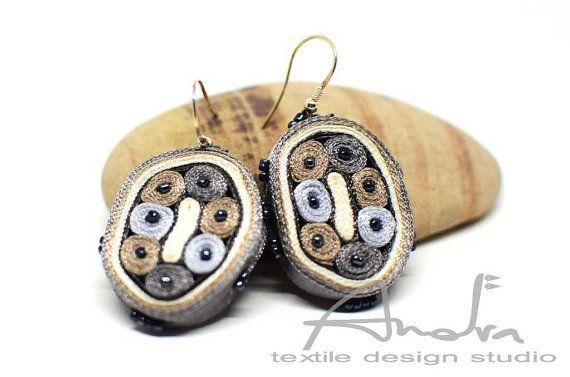 Bengelen oorbellen wit grijs, oorbellen grijs beige, vezel oorbellen - textiel sieraden OOAK voor order