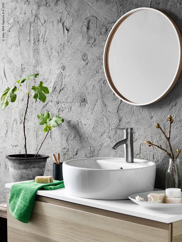 Den runda formen på tvättstället TÖRNVIKEN plockas upp med spegeln SKOGSVÅG…