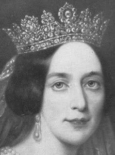 a primera constancia que tenemos de la tiara es un retrato de 1849 de la Reina Josefina, esposa del Rey Oscar I, ?y por tanto 11 años antes de fallecer su suegra, la Reina Desirée imageimage  Por lo que se supone que fue un regalo para la Reina Josefina, hija de Eugenio de Beauharnais, y por tanto, nieta de la Emperatriz Josefina, la esposa de Napoleón.