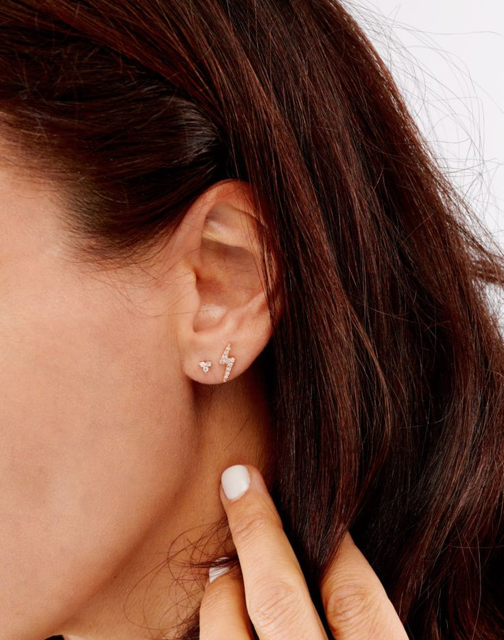 A bright flash of lightning streaks across the ear. Creating an unusual shape to enhance interest and beauty combined with other piercings. Add some razzle dazzle.