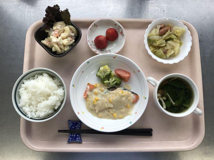 3月1日。鮭のコーンクリームソース、野菜とウインナーのソテー、マカロニサラダ、ほうれん草のスープ、いちごでした!鮭のコーンクリームソースが特に美味しかったです!595カロリーです