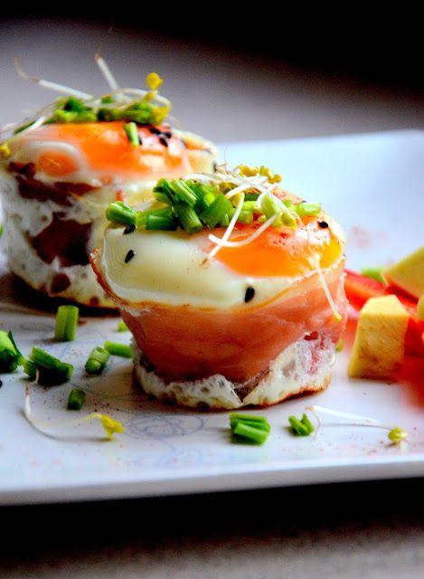 Jajka pieczone w szynce z wiosennymi warzywami | Fit jest Git