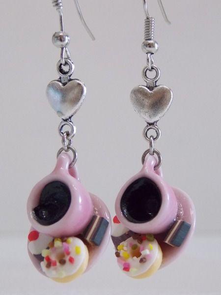 Orecchino tazzina e dolcetti rosa di Bomboniere cuori e fiori su DaWanda.com