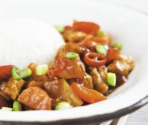 Underbart god sötsur kinagryta med morötter, paprika, ananas, quorn, chilifrukt och tomatpuré. Till soppan serverar du kokt ris och strimlade salladslökar. En god och mättande middag med inspiration från Kina.