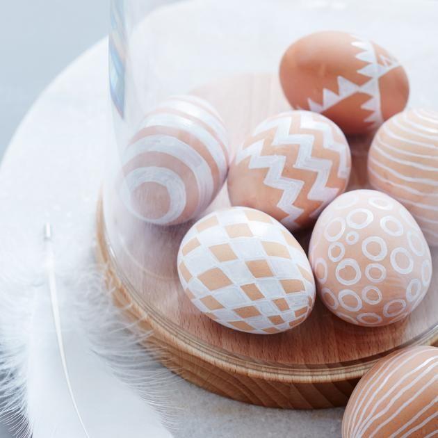 Der helle Braunton der Eier ist der perfekte Untergrund für grafische Muster, die mit einem Marker auf die Schale gezeichnet werden.Und so geht's: Die Eier...