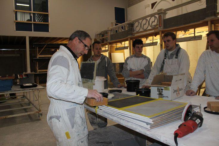 Docent Monty Linssen geeft uitleg over de mogelijkheden van decoratief pleisterwerk.