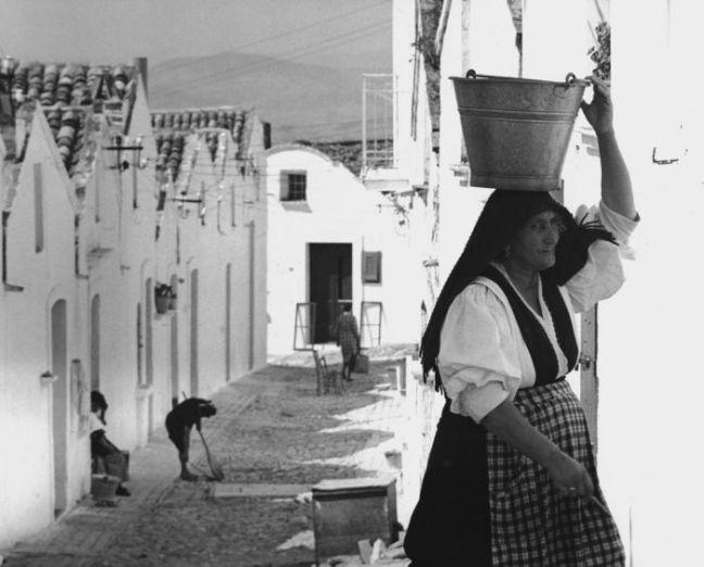 Mario Ingrosso, Donna di Lucania, Pisticci 1969 © Mario Ingrosso courtesy Admira