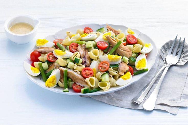Salade niçoise maar dan nét even anders: pasta in plaats van aardappeltjes en makreel in plaats van tonijn. - Recept - Allerhande