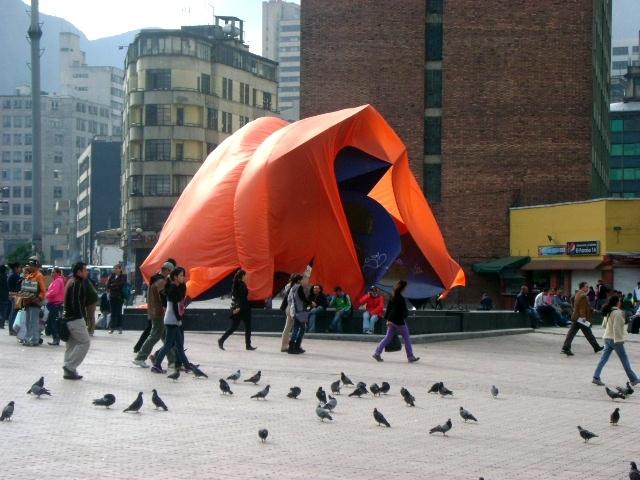 Capullo Monarca.  Instalación, Escultura Efímera. Plaza San Victorino. Bogotá. Colombia.