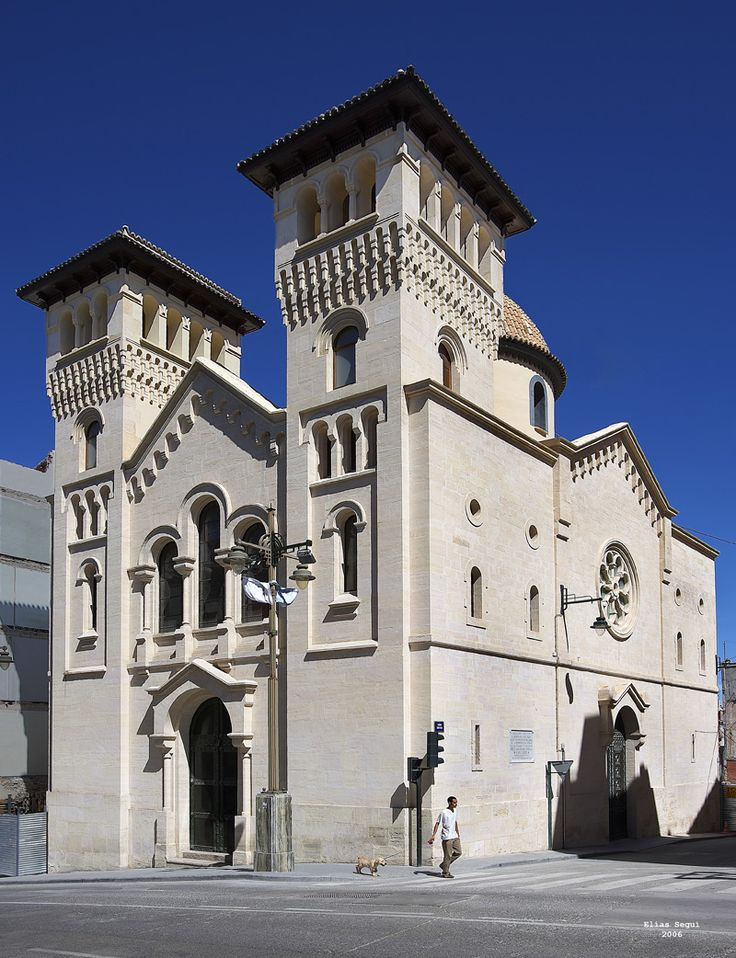 La Iglesia de Sant Jordi, edificación de carácter historicista neorrománica, con una cuidada decoración interior de estilo neobizantino. Proyecto del arquitecto Timoteo Briet (1913), en que intervino también Vicente Valls Gadea. #Alcoy #Alcoi #Iglesias