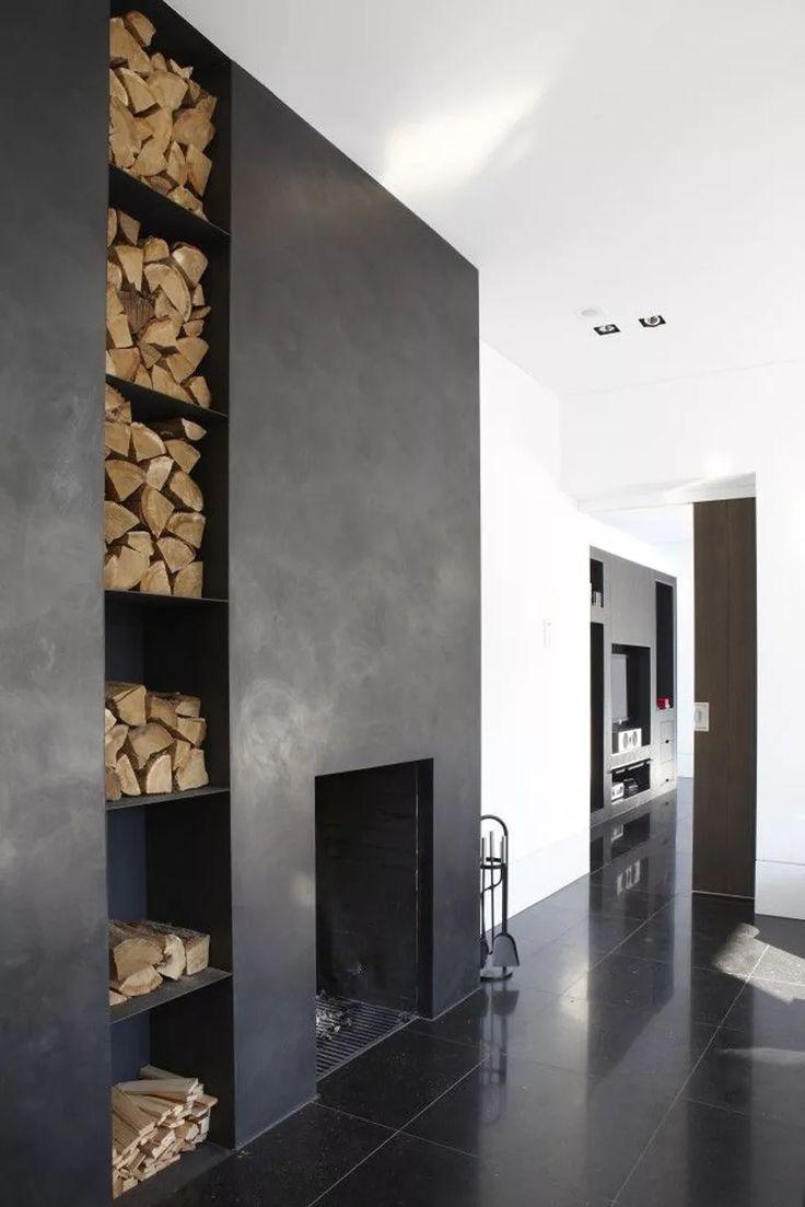 Idea camino nero, stile minimal maschile - legna accostata in una nicchia suddivisa in mensole