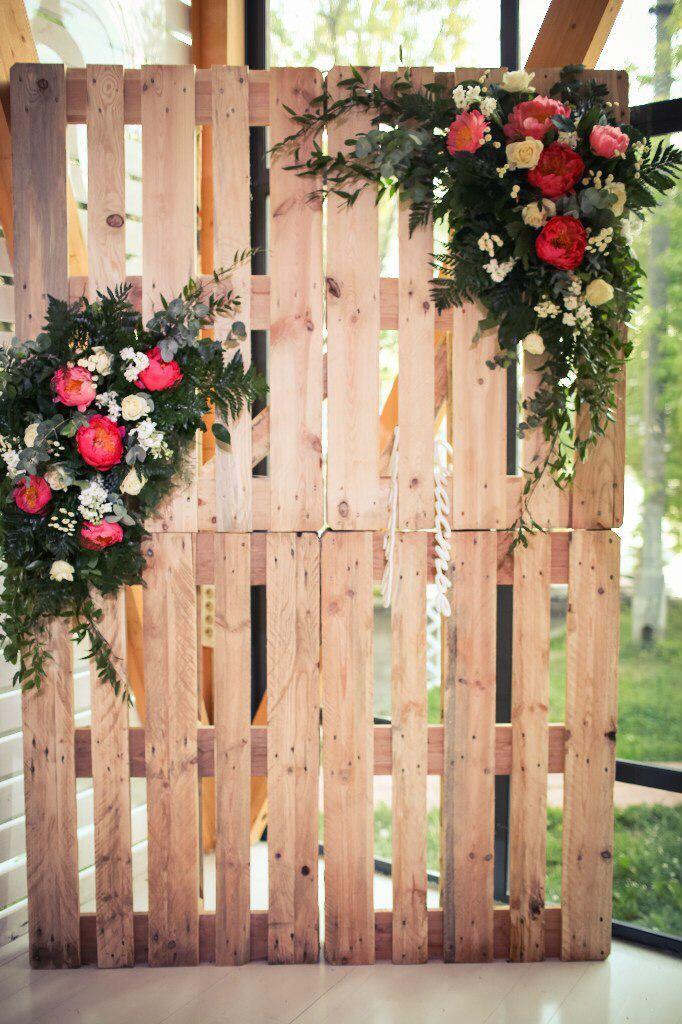 Botanical wedding with bright peonies. Photobooth on pallets. Floristry and decor of Fleur de Vanille Moscow