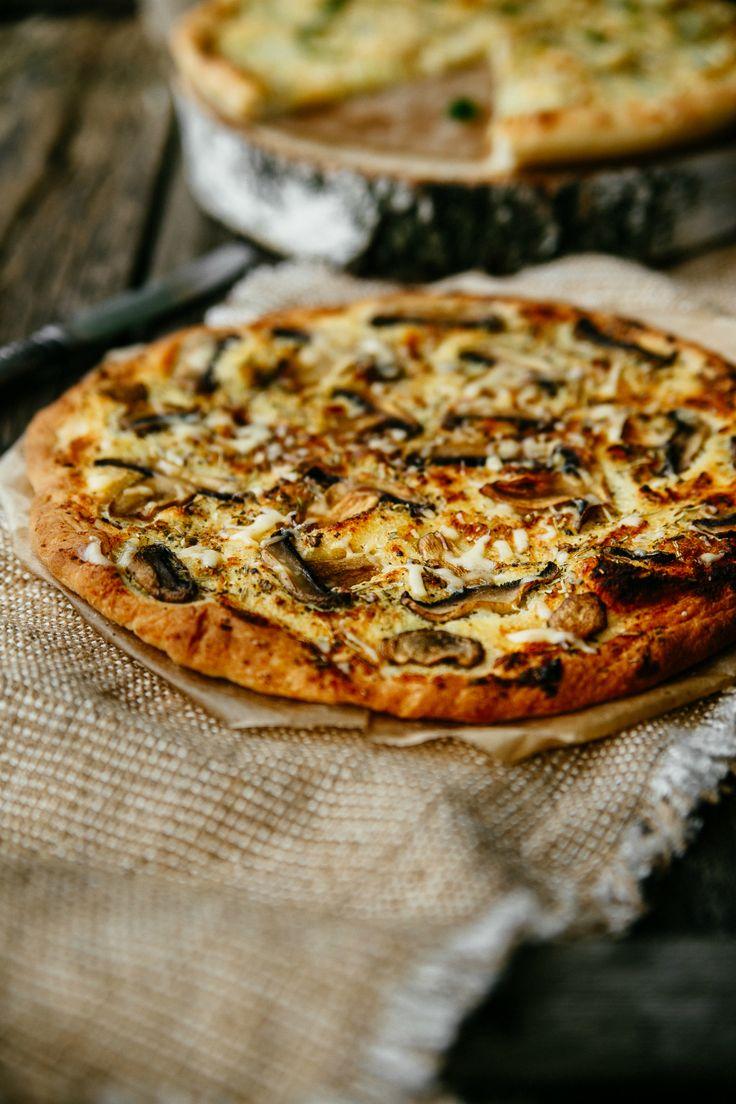 pizza-met-geitenkaas-en-paddenstoelen-stock