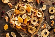 La fruta deshidratada es un buen complemento para las dietas de quienes buscan perder peso, se conserva por más tiempo y conserva la mayoría de los nutrientes. Construye tú mismo un deshidratador solar casero para deshidratar alimentos en casa.