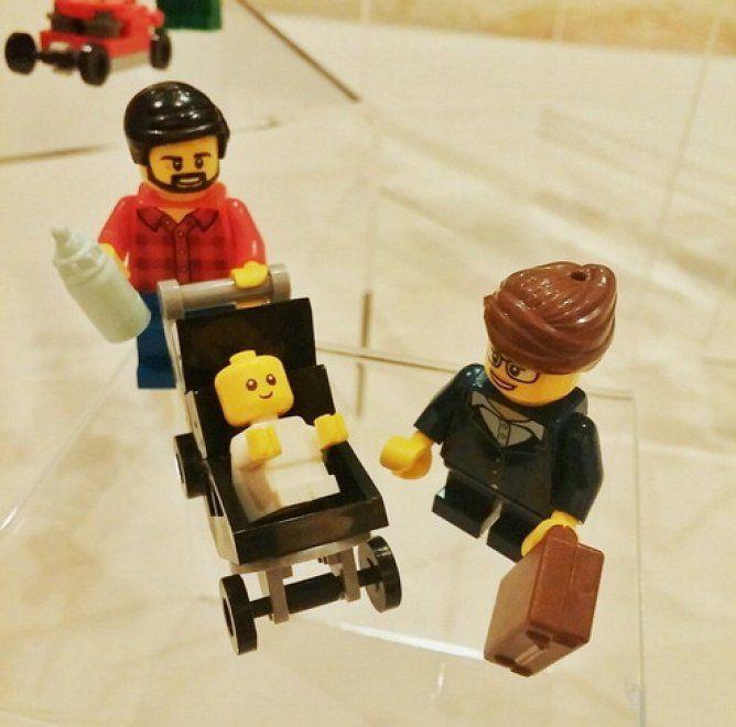 Look hipster, biberon in mano e passeggino da spingere. E' il nuovo papà Lego che fa coppia con una mamma vestita in abiti da lavoro.