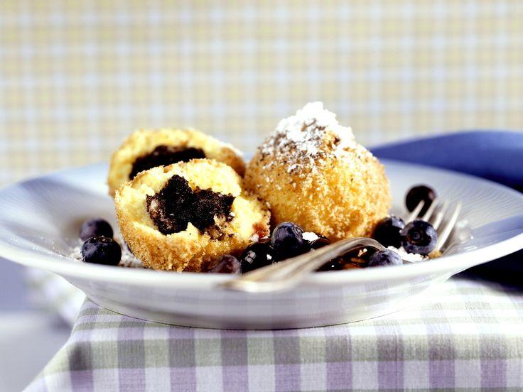 Süße Mohn-Klöße mit Heidelbeeren | Zeit: 30 Min. | http://eatsmarter.de/rezepte/suesse-mohn-kloesse-mit-heidelbeeren