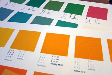 Vi hållerpå att utveckla Kreafons grafiska profil. Som kommunikationsbyrå måste man ju föregå med gott exempel :) Petiga som vi är har vi beställt provtryck för att kunna enas om vilka nummer som är rätt färger. Och se, färgarken blev nästan som konstverk.