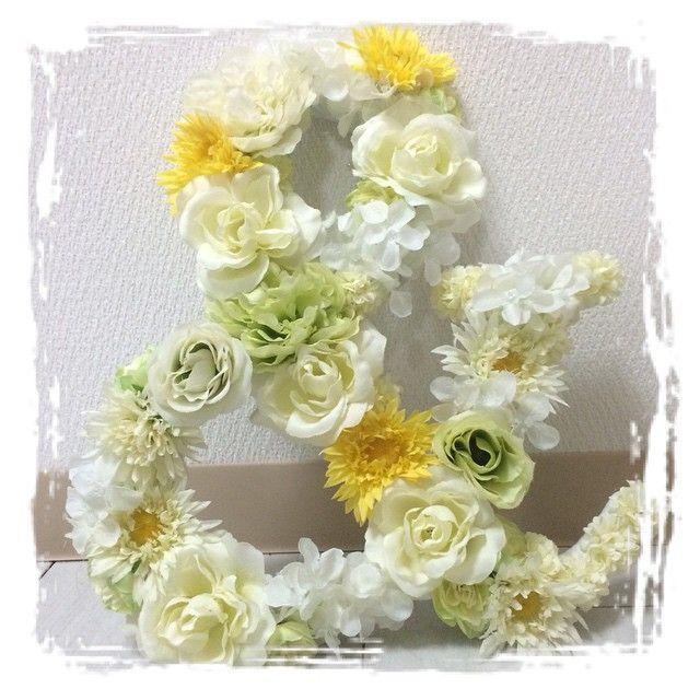 造花シリーズ②  これを持って写真撮ろうかと〜😁 メインテーブルに飾るのもいいかなぁ〜  でも立たないからどーしよ💦 もしメインテーブルに使うなら、側面も造花つけないとブザイクだろぉ〜なぁ〜😅 他のイニシャルするか迷い中〜