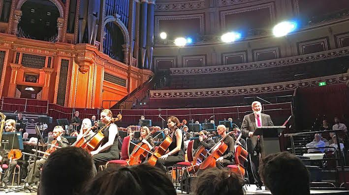 Musique/ Concert inoubliable Elmer Bernstein au Royal Albert Hall sous la direction de son fils Peter Bernstein, et présenté par John Landis