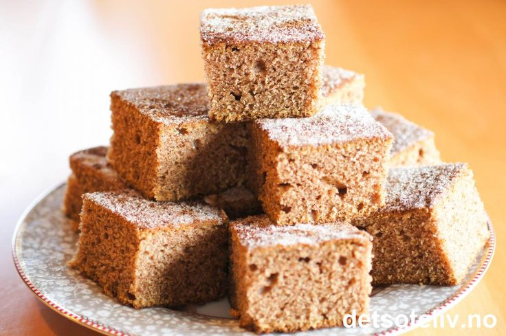 """""""Kanelkake i langpanne"""" er en saftig og myk langpannekake med UTROLIG DEILIG smak av kanel. Dessuten får du en vidunderlig kanelduft i hele hjemmet når kaken stekes. Oppskriften er gammeldags og inneholder surmelk, som gjør kaken holdbar lenge. Kaken er veldig rask å lage og rekker til mange! Oppskriften er til stor langpanne."""