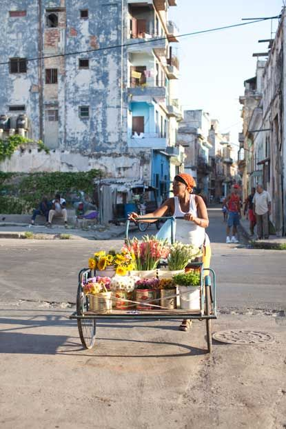 VENDEDORA DE FLORES, EN LA HABANA, CUBA | Havana, Cuba http://www.cuba-junky.com/havana/havana-city.htm