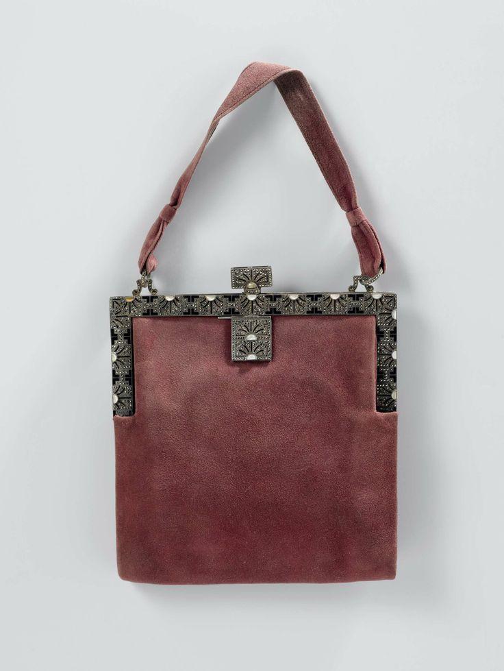 Avondtas van oudroze peau de suède met een zilveren beugel, versierd met zwart émail, marcasieten en strass, Hermès, ca. 1929 - ca. 1930