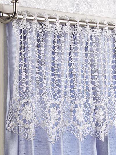 Bando de crochê sobre cortina de tecido