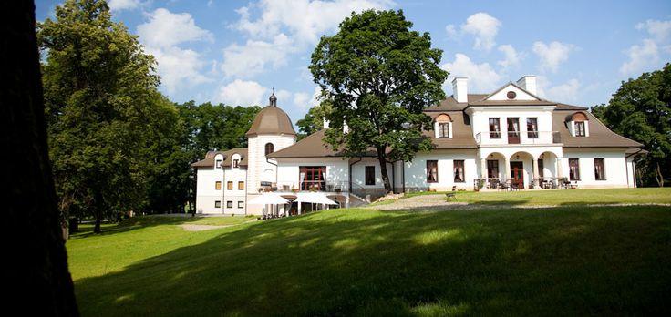 Dwór w Komborni wybudowany w XIX wieku przez rodzinę Firlejów, na miejscy XVII wiecznego zamku obronnego. Obecnie mieści się w nim hotel SPA.