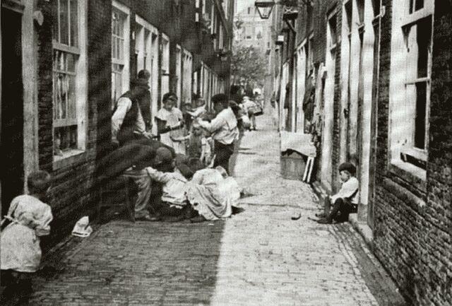 Thoolenstraat, Rotterdam, 1910 wat een armoede.