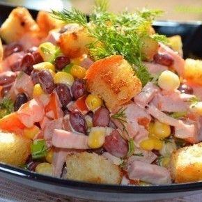 Салат с фасолью и сухариками.... Ингредиенты:  фасоль консервированная в с/соку 400 г,  помидор 1 шт,  кукуруза консервированная 1 маленькая банка,  ветчина (или вареная колбаса) 150 г,  зелень,  хлеб белый 2 ломтика,  чеснок 2 зубчика,  майонез,  соль и перец черный молотый.| Maiden.com.ua