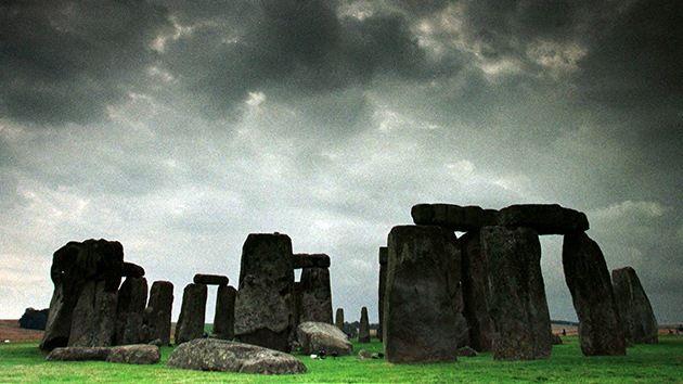 Una manguera ayuda a un obrero a 'resolver' un misterio de Stonehenge – RT