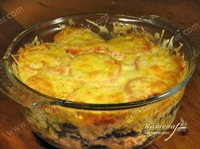 Мусака –  Баклажаны – 3-4 шт. Фарш говяжий – 700 г Помидоры – 3-4 шт. Сыр твердый – 200 г Лук репчатый – 1 шт. Чеснок – 3 зубчика Вино красное сухое – 50 мл Масло оливковое – 100 мл Для соуса Мука – 2 ст.л. Молоко – 2,5 стакана Масло сливочное – 2 ст.л. Мускатный орех Яйца – 2 шт.