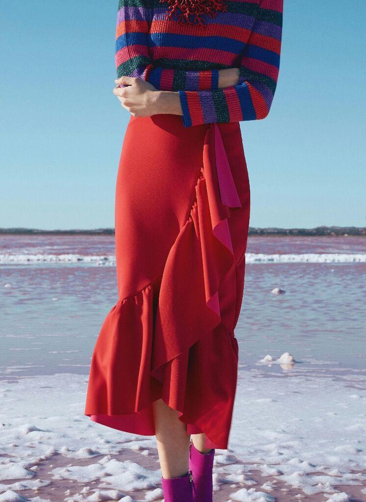 Jersey de rayas multicolor, falda con volante rojo y rosa