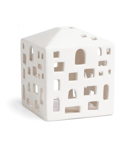 Urbania lyshus i porselen. Designet av Bache & Bendix Becker for Kähler. Høyde 10,5 cm.
