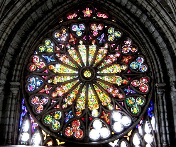 バシリカ教会のステンドグラス。ランの花をモチーフにしたステンドグラスだそうで感動するほど美しいです。近くまで近づけるので写真スポットとしてもオススメ。