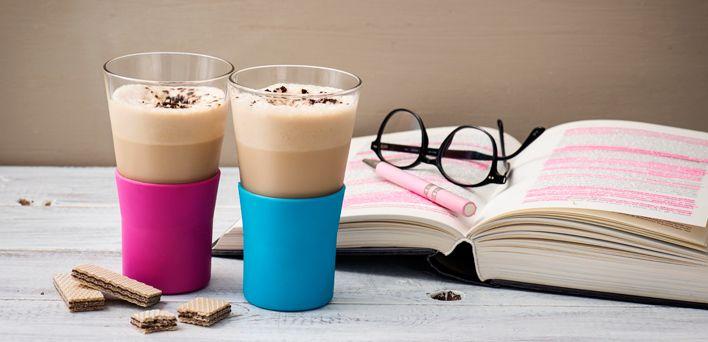 Giornata di lavoro calda e faticosa? È il momento di interromperla (senza perdere la carica) con un frappé al caffè: fresco e dissetante, è l'ideale per una pausa golosa, magari in abbinamento a una spolverata di cioccolato.