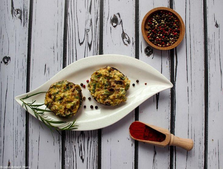 Pyszne pieczarki portobello nadziewane fetą, oregano oraz bułką i jajkiem. Pieczarki są zapiekane w piekarniku i serwowane z sosem.
