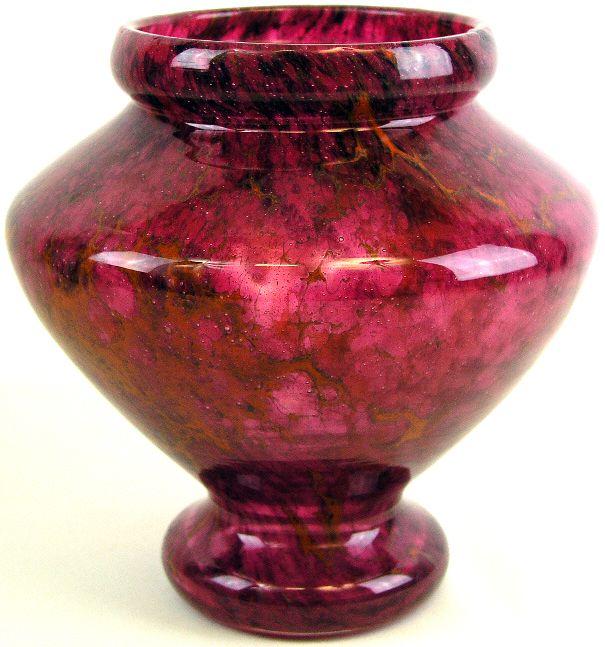 Vaas van Charles Schneider (1881-1953)     Het glas uit de fabrieken van Schneider wordt gemaakt in de periode 1920-1929. In 1931 wordt, mede door de wereldwijde economische crises, de exploitatie stopgezet. Pas in de jaren tachtig wordt het glas van Schneider volledig naar waarde geschat en en ontvangt het dezelfde waardering als het glas van Galle en Daum.     Hoogte ca 23 cm, diameter ca 22 cm.