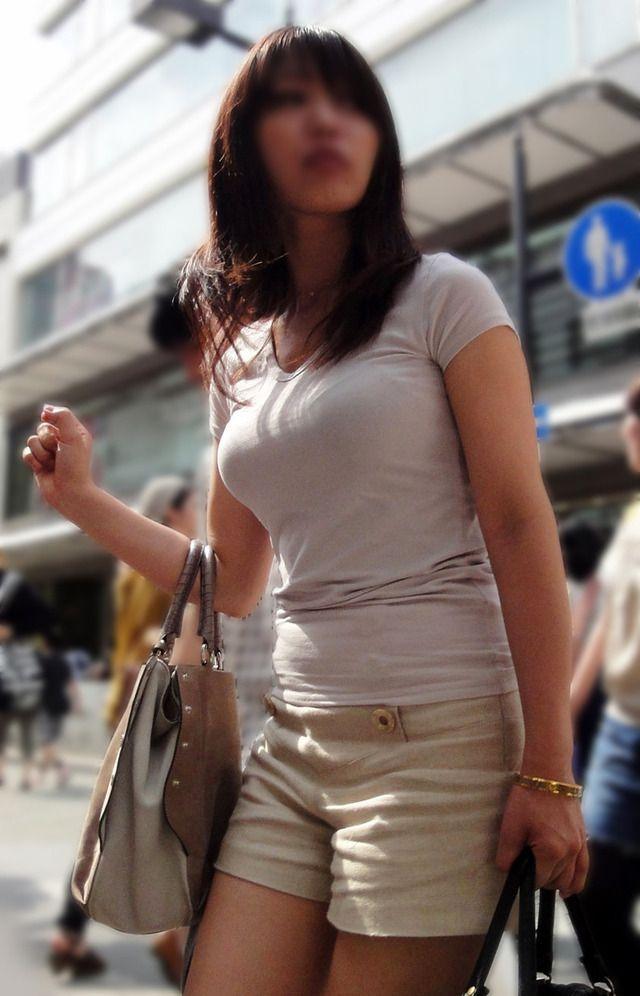 【着衣巨乳】街中で「おっぱい」のデカさを隠しきれない女の子たち!パンパンに膨れすぎ 24枚目