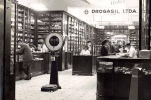 São Paulo - LOJA DROGASIL - 1954  Antiga loja da farmácia Drogasil , na rua Líbero Badaró. A história da Drogasil tem início no ano de 1935, quando dois proprietários de pequenos grupos de farmácias resolvem fazer uma fusão de suas empresas. Eram elas: a Drogaria Bráulio e a Drogaria Brasil.